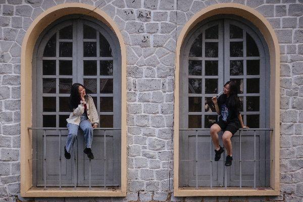 social-distancing-girls-lisa-ryan